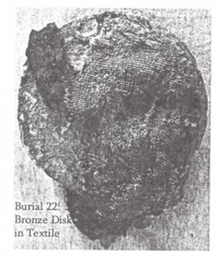 Рис. 4. Бронзовый диск в матерчатом чехле