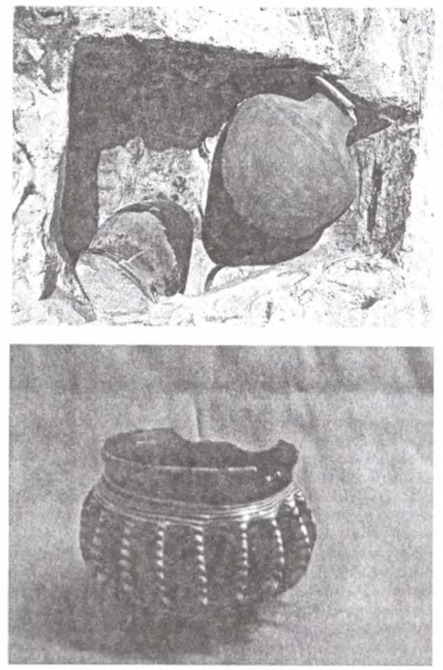 Рис. 5. 28-е погребение. Сакральная камера с керамическими сосудами (вверху) и стеклянной чашкой (внизу)